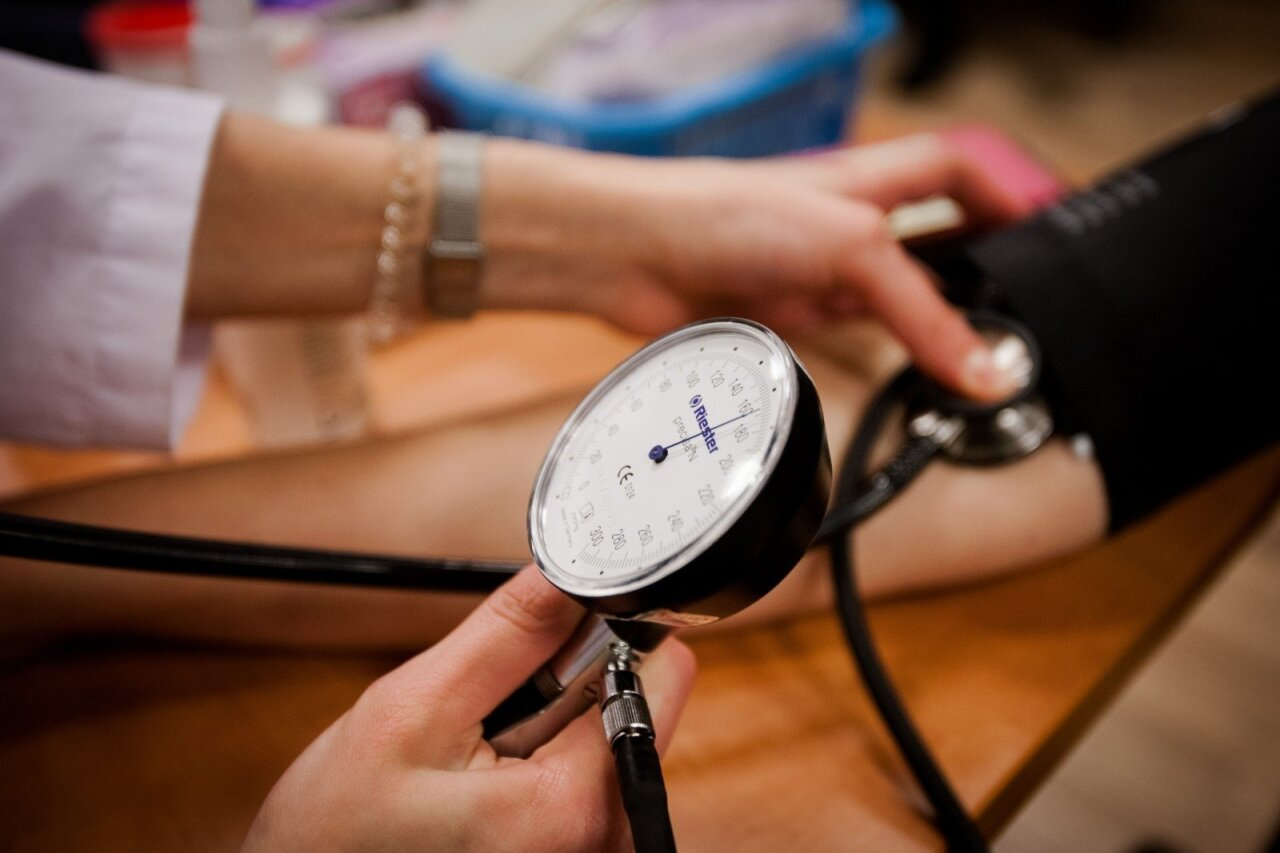 hipertenzijos simptomai skirtingas spaudimas rankoms)
