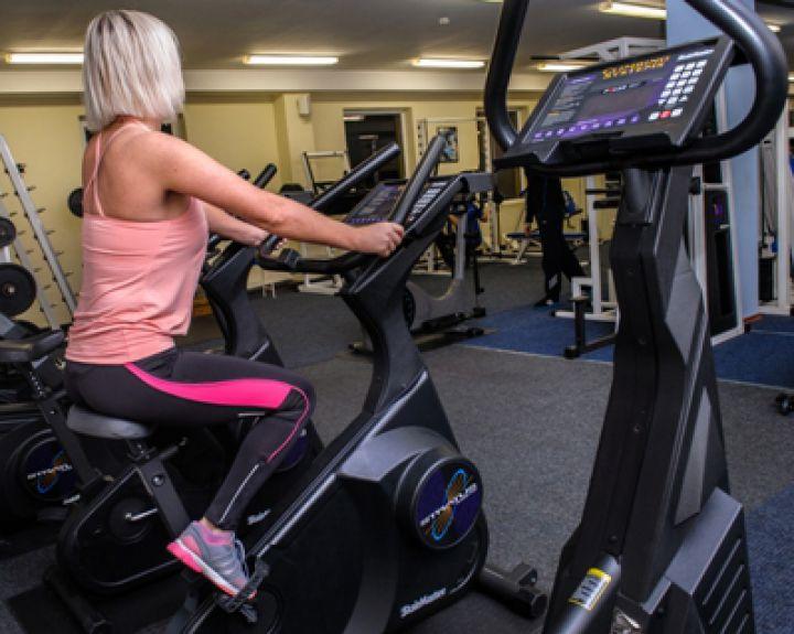 ar galima sportuoti treniruokliu su hipertenzija sveikatos dieta po širdies priepuolio